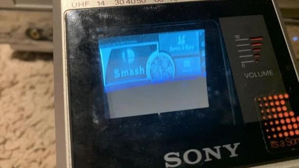 玩家用索尼80年代随身电视玩《任天堂明星大乱斗》