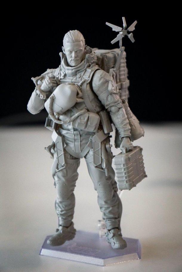 小岛秀夫展示《死亡搁浅》游戏主角手办 好想拥有它